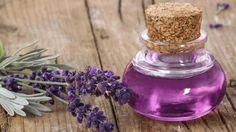 Lavendelsirup können Sie in wenigen Schritten ganz einfach selbst herstellen. Das Ergebnis kann mit Sekt oder Wasser gemischt werden oder Ihre Desserts verfeinern. In einem ausgefallenen Gefäß ist der Sirup die ideale Geschenkidee.Lavendelsirup: E...