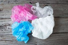 Forgot your reusable grocery bags last shopping trip? Here& what you can do with those plastic bags you slunk home with. Reuse Plastic Bags, Plastic Grocery Bags, Reusable Grocery Bags, Plastic Bottles, Plastic In The Sea, Alternative To Plastic Bags, Synthetic Resin, Bag Packaging, Plastic Packaging