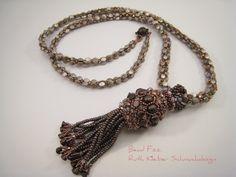 Perlengefädelte Halskette mit Kugelperle und Quaste, Perlenkugel, taupe farbene Halskette, lange Kette mit Fransen Anhänger in braun beige von BeadFizz auf Etsy