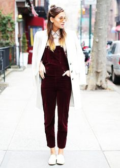 Tone down the playfulness of your overalls with a button-down, tailored coat, and menswear-inspired shoes Love Fashion, Fashion Looks, Tailored Coat, Dress Vestidos, Costume, Street Style, Autumn Winter Fashion, Ideias Fashion, Style Me