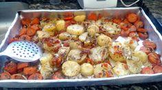 Batatas e cenouras assadas com bastante cebola azeite e orégano. Energia pro dia todo!