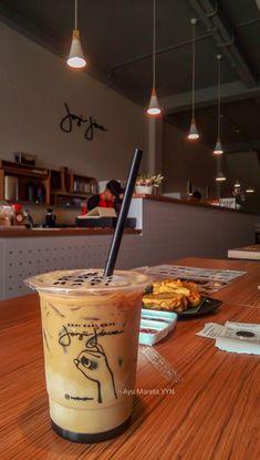 Coffee Cozy, Coffee Art, My Coffee, Food Qoutes, Bubble Milk Tea, Tumblr Food, Cant Stop Eating, Snap Food, Aesthetic Food