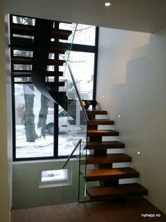 Kurvet midtvangetrapp | curved center string stair Stairs, Design, Home Decor, Stairway, Decoration Home, Room Decor, Staircases, Home Interior Design