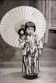 little girl with a parasol, budding geisha Vintage Pictures, Old Pictures, Vintage Images, Old Photos, Japanese Culture, Japanese Girl, Fotografia Retro, Samurai, Desu Desu