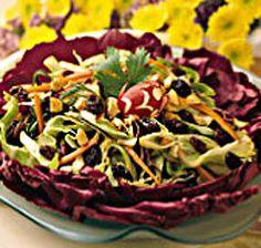 Sunmaid shares this recipe for a Spicy Asian Slaw. I like the purple / red cabbage liner.  Side Dish Recipes, Side Dishes, Asian Slaw, Slaw Recipes, Red Cabbage, Yum Food, Food Items, Bon Appetit, Green Beans