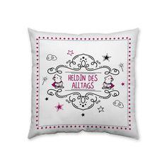 »Heldin des Alltags« - mit dieser süßen Botschaft begeistert Dich das sheepworld-Baumwollkissen. Das harmonische Design mit unseren Schäfchen macht dieses Kissen zu Deinem perfekten Geschenk für alle Frauen dieser Welt! Gleich bestellen!