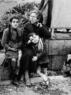 Refugiados camino de la frontera. Robert Capa.