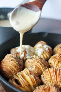 Hasselback Potatoes with Roasted Garlic and Smoked Gouda Sauce (Baking Potato Hasselback) Hassleback Potatoes, Raclette Originale, Good Food, Yummy Food, Tasty, Smoked Gouda, Roasted Garlic, Potato Recipes, Gastronomia
