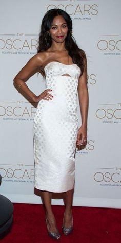 ZOË SALDAÑA    Un vestido blanco con un pequeño cut-out en el pecho, diseño de la colección Resort 2013 de Alexander McQueen, fue la selección de la actriz para asistir a los Premios Científicos y Técnicos de la Academia de las Artes y las Ciencias Cinematográficas, que tuvieron lugar en el Beverly Hills Hotel.
