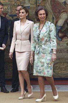 Dña. Letizia y Dña. Sofía en traje de chqueta