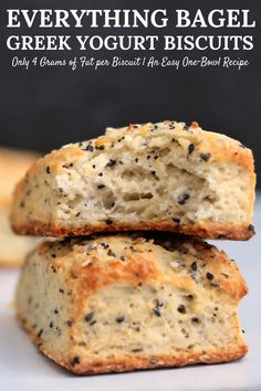 A simple, one-bowl recipe for light and fluffy everything bagel biscuits. Each biscuit is packed with the onion, garlic, and sesame flavor you expect from everything bagels and has just 4 grams of fat! Low Fat Breakfast, Breakfast Bagel, Bagel Bagel, Bagel Recipe, Biscuit Recipe, Low Fat Biscuits, Healthy Biscuits, Low Fat Snacks, Low Carb Food