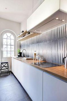 cuisine blanche et bois, plan de travail le long du mur