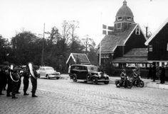 Op de Westzeedijk bij de Noorse kerk is het transport van het stoffelijk overschot van een gesneuvelde Deense piloot naar een zeeschip voor de begrafenis in Denemarken de Herder 1946 GAR