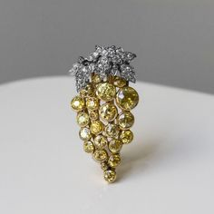 Brooch of White and yellow diamonds set in Platinum (=) Bracelet 3 Ors, Diamond Brooch, Diamond Earrings, New Pins, Costume Jewelry, Vintage Antiques, Jewels, Pure Products, Floral