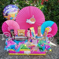 La imagen puede contener: exterior Gift Baskets, Ideas Para, Diy And Crafts, Balloons, Candy, Christmas Ornaments, Holiday Decor, Birthday, Gifts