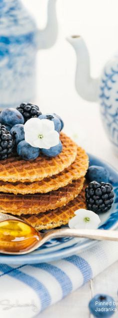 Images and videos of waffles Blueberry Waffles, Blueberry Farm, I Love Food, Good Food, Sweet November, Champagne Brunch, Recipe Of The Day, High Tea, Gourmet