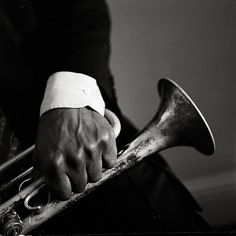 Seeing this makes me want to go listen to jazz. Really good jazz. The sultry sexy kind. Feel the music… Frm bd: My favourite things Sound Of Music, Music Love, Music Is Life, My Music, Jazz Artists, Jazz Musicians, Online Marketing Consultant, Trumpet Players, Black White