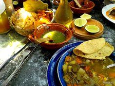 Mexican cousine  Tortillas, sosy pikantne, limonki, zupa z fasoli to podstawa kuchni meksykańskiej