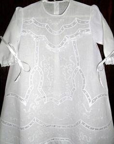 Tecido cambraia de algodão, bordada a mão com aplicação de renda Comprimento 0,62 cm