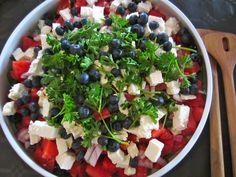 Efter den lille reception vi havde i anledningen af min mors fødselsdag i onsdags, har jeg en masse billeder og opskrifter på lækker mad, som jeg glæder mig til at vise jer. Noget af det der kom på… Cottage Cheese Salad, Salad Menu, Salad Recipes, Healthy Recipes, Healthy Dinners, Eat Pretty, Macaroni Salad, Nutritional Supplements, Feta