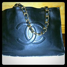 Vintage authentic Chanel classic lamb skin. Vintage authenticated Channel XL jumbo bag . Had a spacious interior and zipper pocket inside. It very beautiful bag with gold hard wear. It in good condition. No dust bag. CHANEL Bags Shoulder Bags