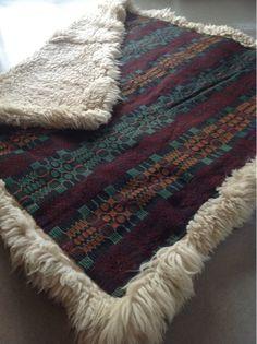 Toras vävstol - Sheepskins backed with tapestry blanket. Embroidery Techniques, Weaving Techniques, Swedish Embroidery, Textiles, Weaving Projects, Sheepskin Rug, Jute Rug, Textile Design, Handmade Rugs