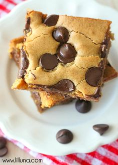 Chocolate Chip Cookie Bars - the EASIEST and YUMMIEST dessert! And it takes minutes to throw together. ;) { lilluna.com }