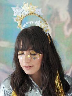 O Carnaval está aí - em algumas cidades até já começou. E as tendências serão as maquiagens brilhantes e os adereços para a cabeça.