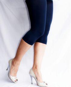 DECOY | UltraSoft Viscose capri-legging blauw | Nu 10% korting! - SOSHIN.nl Capri Leggings, Heels, Fashion, Fashion Styles, Shoes Heels, Fashion Illustrations, Heel, Trendy Fashion, High Heels