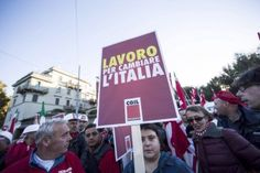 Italia: Gremios protestan contra reforma laboral Miles de sindicalistas marcharon el sábado en Roma para protestar contra las reformas laborales del primer ministro Matteo Renzi, entre ellas propuestas para hacer más fácil el despido de los trabajadores.Líderes sindicales y trabajadores han rechazado la lógica de que facilidad para despedir haría más fácil contratar.Dos ruidosas marchas cruzaron el corazón de la capital italiana, trabando el tráfico durante horas.
