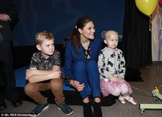 The mother-of-two sat on the floor with the youngest and looked chic in blue