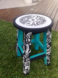 BANCO REDONDO PINTADO A MANO VINTOUCH Funky Painted Furniture, Painted Chairs, Colorful Furniture, Paint Furniture, Furniture Projects, Furniture Making, Wooden Chair Makeover, Furniture Makeover, Wood Painting Art