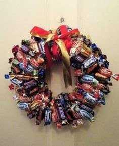 DIY Creative Christmas Decorations Using Wrapped Candy Bars (Christmas Bake Wreath) 3d Christmas, Christmas Wreaths To Make, Family Christmas Gifts, Christmas Makes, Christmas Ideas, Xmas Decorations To Make, Christmas Chocolate, Christmas Bedroom Decorations, Christmas Candy Bar