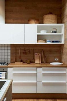 Cocina moderna. Alzada en madera natural