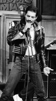 Freddie Mercury on SNL (Saturday Night Live) John Deacon, Rock And Roll, Hard Rock, Montreux Jazz Festival, Musica Popular, We Will Rock You, Queen Freddie Mercury, Queen Band, Killer Queen