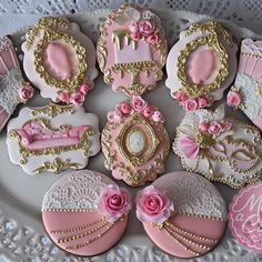 #cookies #decoratedcookies #handdecorated #royalicing #royalicing #royalicingcookies #marieantoinette #maybeacookie #sweettable #fairieblessings #fpcsugarcraft