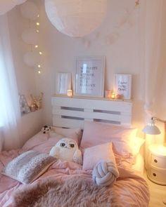 Lichterketten, Kuschelige Kissen Und Das Flauschige Schaffell Nuuk Sorgen  In Diesem Rosa Schlafzimmer Für Gemütlichkeit. Ein Wahr Gewordener  Mädchentraum!