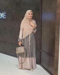 Muslim Women Fashion, Modern Hijab Fashion, Hijab Fashion Inspiration, Modest Fashion, Fashion Outfits, Casual Hijab Outfit, Hijab Chic, Casual Dresses, Navy Floral Maxi Dress