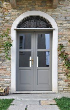 Seta 2.0 Eco è la #finestra in #legno che riduce i rumori esterni e migliora la qualità della vita. Le vetrocamere basso emissive di cui sono dotati i vetri offrono elevate prestazioni di #isolamento termico, riducendo la dispersione di calore e diminuendo significativamente i costi in bolletta. #Navello Window Detail, Double Front Doors, House Front, Entry Doors, Terrazzo, Windows And Doors, Outdoor Spaces, Outdoor Decor, Interior And Exterior
