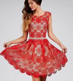 Favoloso abito rosso all'uncinetto formato da mattonelle tonde.