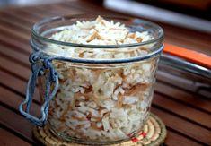 Quand j'étais petite ce que je préférais dans le pilaf c'était l'ETAPE MYSTERE ! Une fois la cuisson terminée, on mettait un torchon sur la casserole puis le couvercle sur le torchon et il fallait attendre. Quelques fois le pilaf a pris le goût de la... Ale, Coconut Flakes, Oatmeal, Spices, Food And Drink, Cooking, Breakfast, Armenian Recipes, Dishcloth