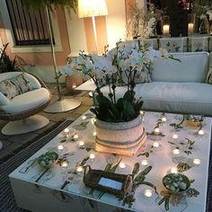 À noite os ambientes se transformam e ficam mais intimistas com velas e iluminação cênica. Amando todos os ambientes da @casacorrio_oficial