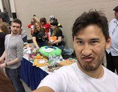 Jackspeticeye and Markiplier at Indipopcon - Gif by i-want-a-slurpee via tumblr