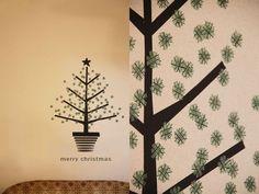 クリスマスといえば真っ先に浮かぶのがクリスマスツリー!クリスマスが近づくころになると街のディスプレイにもたくさん使われていますよね。部屋にもツリーが欲しいけど、大きなツリーは置けない・事情があって買えないでいるという人におすすめ!ガーランドやマスキングテープのツリーで壁をデコするアイデアです。
