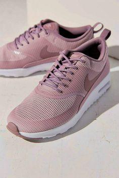 Beautiful shoes against the beautiful feet.��NIKE Shoes��