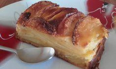 Un gâteau très léger : 2 oeufs, 50 g de sucre, 20 g de beurre fondu, 100 g de lait, 70 g de farine, 1 sachet de levure. On mélange le tout et on y ajoute 4 grosses pommes pelées et émincées avant d'enfourner pour 45 minutes à180 degrés.
