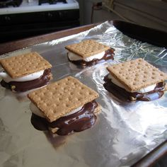 S'mores make s'mores in the oven!make s'mores in the oven! Oven Smores, Baked Smores, Smores In The Oven, Fall Desserts, Just Desserts, Delicious Desserts, Oven Recipes, Snack Recipes, Dessert Recipes