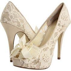 Zapatillas hechas en encaje, el romanticismo en todas partes de tu atuendo....