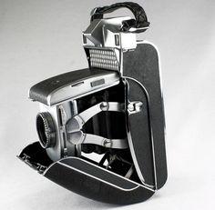 Vintage Camera The folding clam shell Kodak Super Six 20 - Kodak Camera, Retro Camera, Movie Camera, Camera Case, Camera Gear, Antique Cameras, Vintage Cameras, Photography Camera, Love Photography