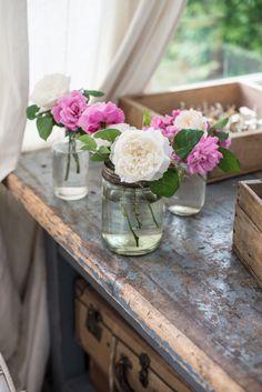 In primavera è facile aggiungere piccoli tocchi di colore alla casa: questa settimana ho lasciato petali di rose e peonie a seccare sul bancone e sui setacci (che recentemente vado collezionando) lungo la strada di casa ho notato questo tralcio. Prima di considerare una pianta spontanea pe